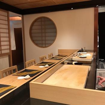 カウンター8席のみの大人の空間で極上のお寿司がいただけるのが、「築地青空三代目 別邸」。落ち着いた雰囲気なので、接待ランチにもおすすめです。