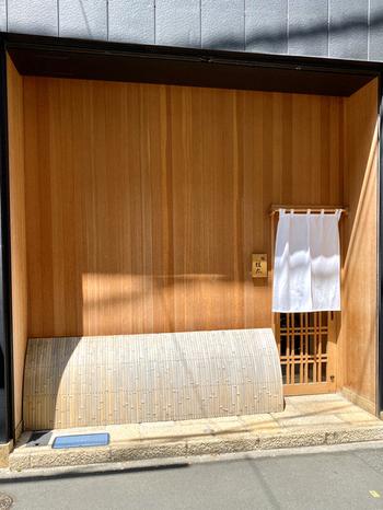 本当は教えたくない、とひそかに注目されているのが「鮨圭太」です。北海道出身の青山桂太氏は、札幌や銀座の寿司店で腕を磨き、ここ6丁目にお店を開きました。2019年度版のミシュランガイド東京で一つを獲得したことでも有名です。
