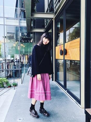 スカートに、タッセルローファーをあわせても。クラシカルな雰囲気を放ちますが、厚底の感じがあるローファーだからこそ、ゴツめスニーカー感覚で、ほんのちょっと甘辛に仕上げてくれます◎  *写真のタッセルローファーの色は、ブラックではなくBURGUNDYです。