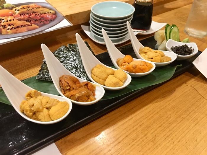 数量限定の「うに食べ比べ」は、うに好きにはたまらないひと品。同じうにでも、並べてみるとはっきりと違いが分かりますね。香りや風味をじっくり味わいましょう。