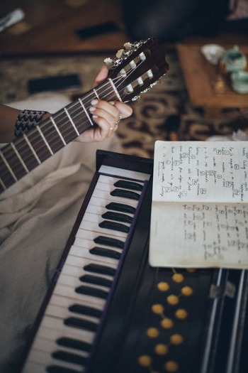 民族音楽の派生として親しまれてきた【フォーク】という音楽ジャンル。自然に寄り添った音楽性とシンプルで耳馴染みのある楽器のサウンドから生まれる、偽りのない素朴さが特徴です。