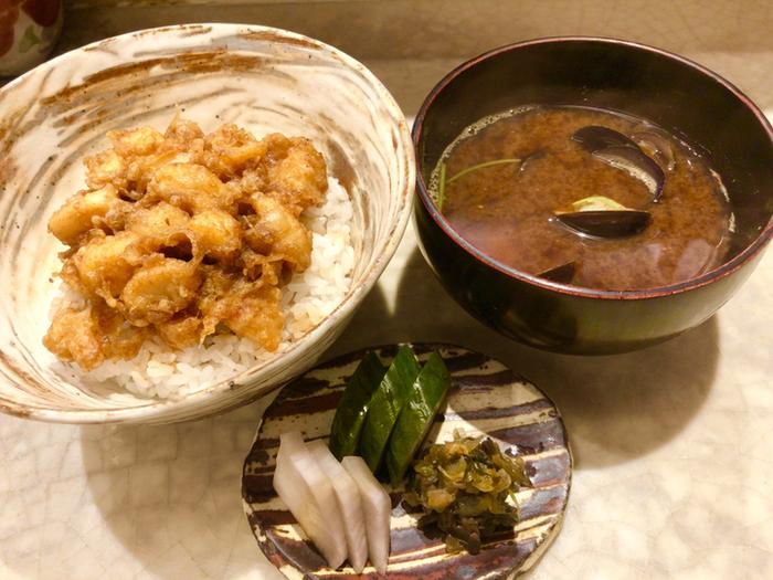 ランチはコースのみ。目の前で揚げるアツアツの天ぷらは野菜から始まり、シメの天丼まで飽きのこないランナップ。季節を感じられる素材の組み合わせも格別です。