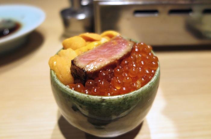 「肉を使わない焼肉、焼うお」をコンセプトにしている「焼うお いし川」では、新感覚の魚料理がいただけます。こちらの丼にのっているのは、極上牛カルビではなく北海道産の本マグロ。醤油だれに浸けて炙っていて、まるでお肉のようなとろける食感が味わえます。  さっと炙ることで、マグロの旨みに香ばしさがプラスされて驚くほどのおいしさが口いっぱいに広がります。