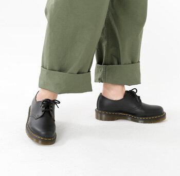 履き始めはすこし硬い感じがしますが、履いているうちに足に馴染んでいきます。アッパーがきれいに馴染むと、独特のバウンシングソールの機能性も上がり、歩きやすさも向上するんですよ。  3ホールは華奢な足首を見せることで、メンズライクな装いの中に、女性らしさをプラスすることもできる逸品。一足持っていると便利に使えます