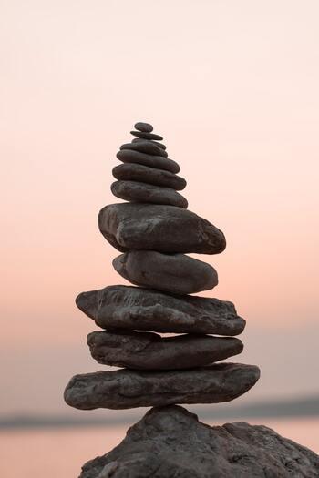 免疫機能の低下は、ストレスを溜め込むことが大きな原因です。そのストレスを瞑想で軽減させることで、免疫機能を向上させ、ヨガで体をストレッチすることで体内の免疫細胞が活性化します。
