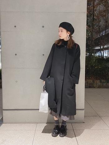 帽子から足元まで、ブラック系のモノトーンコーデを愛する方にもおすすめ。マットではなく光沢のある黒レザーだからこそ、たとえオールブラックコーデにしても、素敵な変化を感じさせてくれます。こちらのコーデでは、靴下やスカートはちょっとやさしいグレーで、色使いが上手です。