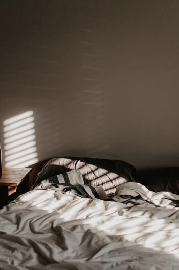 ある調査では、瞑想に副作用はなく不眠症改善の効果が見られたのだとか。最近では、そういった睡眠導入に向けたマインドフルネス瞑想のアプリなどもあり、信ぴょう性を高めています。