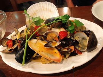 オーナーシェフが手がける南イタリア料理のなかでも、スペシャリテの「本日の貝類とチェリートマトのリングイネ」は、その日に仕入れた貝とトマトの出汁がパスタに絡んで絶品。パスタが見えないくらいふんだんに海鮮が使用されていて、食べ応えがありますよ。