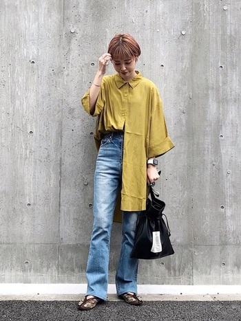 マスタード色のシャツを主役にしたデニムコーデに、茶色のチャイナシューズを合わせた着こなし。 黒、茶などの色を選べば、鮮やかな色のアイテムとも合わせやすいです。