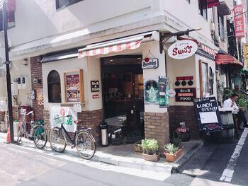 町の洋食屋さんといった佇まいの「銀座スイス 築地店」。銀座に昭和22年に洋食の第一人者である岡田進之助氏が「もっとたくさんの人に洋食を食べてもらいたい」との想いから、お店を開いたのが始まり。ここで誕生したのが、今では多くの人に親しまれている「カツカレー」です。