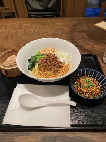 「汁なし坦々麺」も人気のランチメニュー。全体をしっかり混ぜていただけば、辛さと旨みが広がる一杯。ほかにも、チャーハンや麻婆豆腐などもあるので、何度も通いたくなりますね。