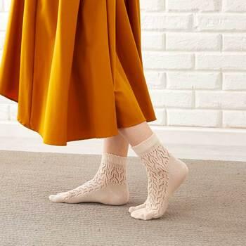 おしゃれでトレンド感のある通販サイトフェリシモ。春夏にぴったりなレースソックスです。手編み風でレトロな雰囲気のかわいいソックスなので、スカートやワンピースに合わせたくなりますね。ブラック・ホワイト・ベージュの定番カラーに、淡いグレーやピンクなど使いやすい5色セットなところも◎