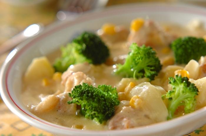 コーンクリームシチューは、缶詰を使うのでとても手軽に作れます。ブロッコリーなど色の対比がはっきりした野菜を入れているのも、きれいに見せるコツ。やさしいクリーミーさは、大人も子供も喜ぶ味です。