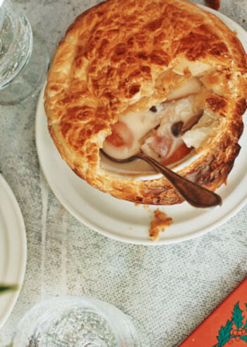 肌寒い季節にうれしいポットパイ。パイをくずしながら、シチューといっしょにいただきます。冷凍パイシートを使えば、簡単です。