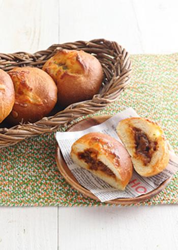 ふんわりしたパン生地でビーフシチューを包み、チーズをのせてこんがり焼きます。こだわりのシチューパンは、ディナーに添えたい贅沢な味わいです。