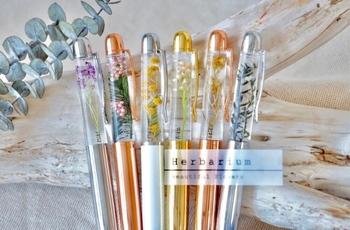 ペンの中にプリザーブドフラワーを閉じ込めたハーバリウムのデザインボールペン。カラーは4種類、花は6種類の中から選べ、名前やメッセージなども入れることが可能です。使うたびに気分が上がり、眺めているだけで癒されます♪