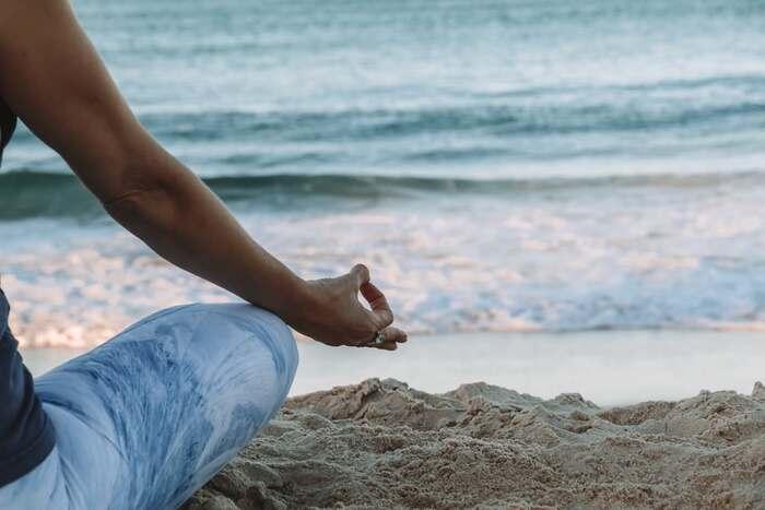 鼻から吸って鼻から吐く、鼻呼吸を意識して目を閉じます。ゆっくりとした深い呼吸ができると、よりリラックスできます。
