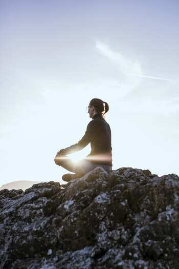 ポーズをとりながら、自分の内側を観察します。今回は座ってできる、「合せきのポーズ」をやってみましょう。  1、足を前に伸ばし、膝を曲げて両方の足の裏を合わせます。 2、かかとを骨盤の方へ近づけ、両手で足の甲を包むようにつかみ、鼻から息を吸いながら背筋を伸ばします。 3、吐きながらゆっくりと上体を前に倒していきましょう。  体は伸びているか、昨日と比べて痛みがあるか、心地よく伸ばせているかなど、自分の体を観察しながら、頭に浮かんでくる感情も眺めていきます。