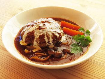 残ったシチューを別の料理にリメイクして楽しむのもいいですね。こちらは、煮込みハンバーグ。肉のうまみがビーフシチューに溶け込んで、おいしさがよりアップします。シチューが足らなければ、トマトジュースでかさ増ししましょう。