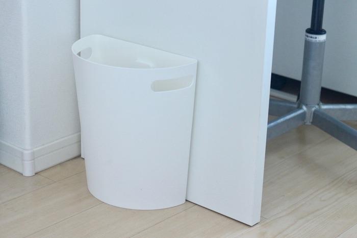 デスク横に置かれた真っ白なゴミ箱。不思議と違和感がないのは、スリムなフォルムが壁やデスクに溶け込んでいるから。コンパクト場所を取らないのがメリット。さらに机と同系色にするとゴミ箱の存在感を上手く消せますよ。