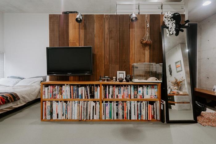 本をたくさんお持ちの方は本棚とテレビ台を一緒にするのはいかが?棚自体はシンプルな作り。本の背表紙がカラフルでインテリアのようにおしゃれに見えますね。