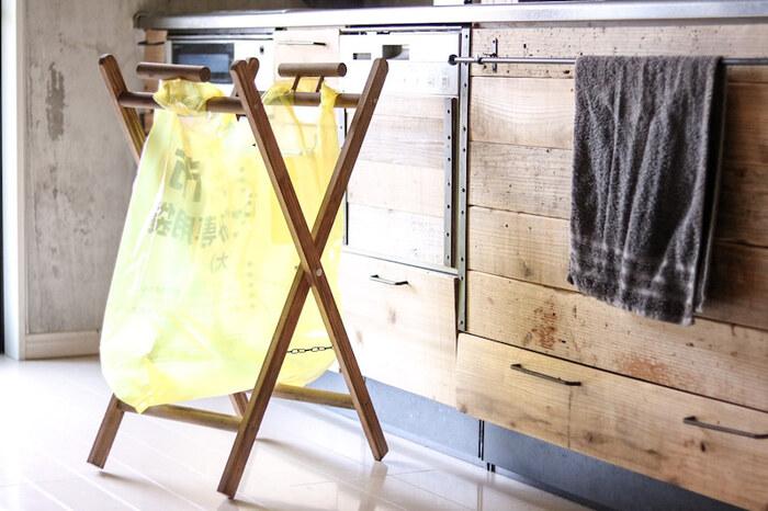 杉材を使ってゴミ袋をかけるラックをDIY。キッチンに置くと調理中に出た生ゴミを入れて、すぐにまとめて外に出せばOK!使うときだけゴミ袋を掛けて、使わない時は折りたたんでコンパクトに収納できます。