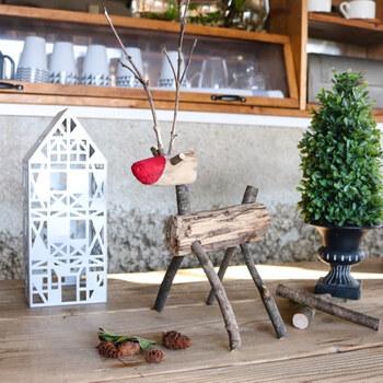 流木や自宅のお庭の枝でクリスマスオブジェを手作りしませんか?自然のそのままの形を活かすことで、オンリーワンの作品に。動きのある細枝の角や、赤くペイントした鼻がチャームポイントです♪