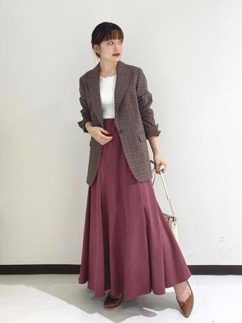 フレアシルエットと色味が女性らしい素敵なスカートには、秋ムードたっぷりのチェック柄ジャケットをON。上品さとハンサムさを兼ね備え、大人女性にぴったりのコーディネートです。キャップやスニーカーで外してもおしゃれ。