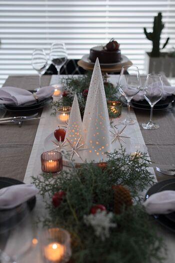 ホワイトクリスマスにぴったりのテーブルコーデ。白をベースに、グリーンやりんご、キャンドルを配置したナチュラルな雰囲気がおしゃれ。ケーラーのノビリツリーはトレーにのせてセンターに。特別感がアップするだけでなく、食事がスタートしたら気軽に移動できるのもメリットです。