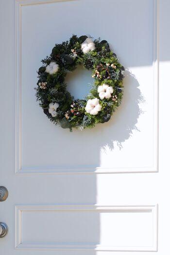 玄関のドアに飾るならリースがおすすめです。おうちに帰ってきたとき目に入ると嬉しくなるだけでなく、来客や近所の方も季節感を感じてくれます。一人暮らしでツリーを置くスペースがない…という場合もこれなら気軽に取り入れられそうですね。