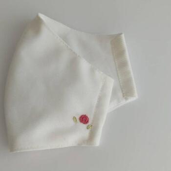 薔薇のワンポイント刺繍は、小さいのに存在感抜群ですね。白い地のマスクに赤い刺繍糸がよく映えます。  グリーンの葉っぱが添えられて、とてもキュート。上品なワンポイントになっています。