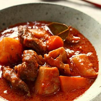 和の調味料である醤油や味噌をプラスするのもおすすめ。コクとうまみが増し、味が引き締まります。こちらのレシピでは、牛すじのゆで汁やたっぷりの赤ワインも使っており、それも深い味わいをもたらすポイントです。
