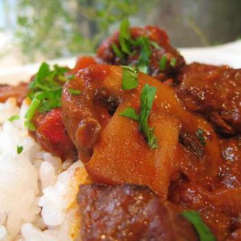 グラーシュ(グヤーシュ)は、ハンガリーなど東欧で親しまれているシチュー。牛肉とパプリカを煮込みます。パプリカパウダーもたっぷり使って仕上げましょう。