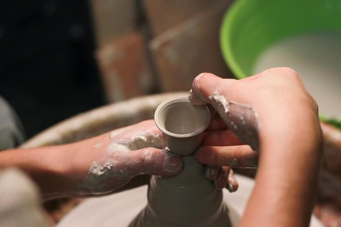 工藝そのものの起源は、石器時代や縄文時代にまでさかのぼることができます。もちろんその頃工藝という言葉はありませんでしたが、生活のために石器を作り、土器を作っていたのは、当時生きていた人々の「手」でした。漢字に表れているように、工藝は今も昔も人の手で作られる、ひとつとして同じものがない「ハンドメイド」の生活雑貨です。