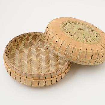 「木竹工」は、「木工」と「竹工」のこと。日本にはさまざまな種類の木々や竹が自生し、それを利用した工藝も古くから作られてきました。木や竹の硬さ、弾力性に合わせて、彫刻をほどこしたり、薄く切って曲げたりと、さまざまな加工ができるのが特徴。素材の質感をそのまま感じられるものが多く、お部屋に置くだけで木や竹の温かみのある、ナチュラルな雰囲気にすることができます。