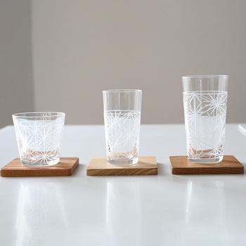 ガラス工芸の歴史は紀元前にまでさかのぼるとされますが、日本では17世紀ころに始まりました。キリスト教の伝来とともに長崎を中心にガラスの知識や技術がもたらされ、以降「江戸切子」「肥前びーどろ」「琉球ガラス」など全国各地で作られるようになります。技術的には、ガラスを加熱して吹きガラスを行ったり鋳造したりする「ホットワーク」と、完成しているガラスを削って模様を描いたり彫ったりする「コールドワーク」に分けられ、ガラスの厚み、色合い、浮き出る模様などの違いを楽しむことができます。