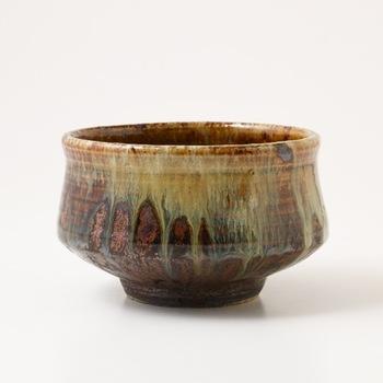 陶芸とは、土や石の粉に水を加え、形成して焼き上げること。日本では1万年以上も前に作られたと思われる土器が発見されており、陶芸に関しては世界的にも長い歴史があると考えられています。古墳時代~平安時代には朝鮮半島から伝わった、より硬い土器である須恵器が作られ、その須恵器の技術をもとに陶器や磁器を発展させていきました。鎌倉時代には日本六古窯(備前・丹波・越前・信楽・常滑・瀬戸)をはじめ日本各地に窯ができ、特色ある技法も誕生。現在でも当時の技術を引き継いだ陶器や磁器が作られており、ひとつひとつ異なるフォルムや色合いで、食卓を彩ってくれます。