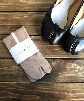 先にご紹介したHARUSAKUのソックス。奈良産でコットン100%、履き心地の良さ◎です。 かかとを中心にまっすぐに伸びる真っ白なラインが目を引く、バックシャンな足袋ソックス。さりげなくも存在感のある美しいコントラストのラインが魅力的です。