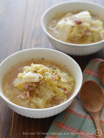 白菜をスープに利用すれば、ビタミンCやカリウムといった水溶性の栄養分を余すところなく摂取できます。 ベーコンの旨味が効いているため、味付けはナンプラーのみでOK。冷凍白菜を保存しておけば、カットする手間を省いてササッと簡単に作れます。
