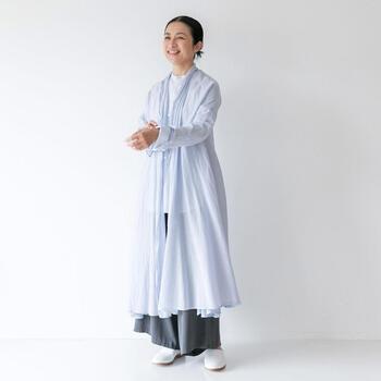 ジョージ・オキーフが着ていたローブからイメージされたというこちらのローブ。シルクコットンで薄手に仕上げてあるので、ふわりと軽やかで、毎日のように着ていたくなります。  Aラインに広がる裾がとても女性的。パンツやスカート、ワンピースと合わせる洋服によって表情が変わる便利な一枚です。