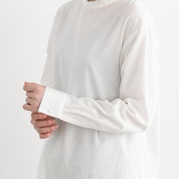 ややゆったりとした着心地で、ほどよいリラックス感がたっぷり。  立ち上がりのついた襟周りと白いボタンがついた袖周りはきちんと感があり、きれいめのコーデにもよく合います。