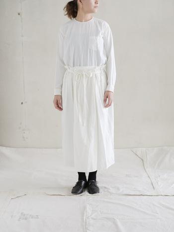 やわらかいコットンウールビエラを使った白スカートは、ふんわりとしたほどよい膨らみがあり、存在感も抜群。  コットンにすこしウールが混ざっているので、とても優しい感触なんです。