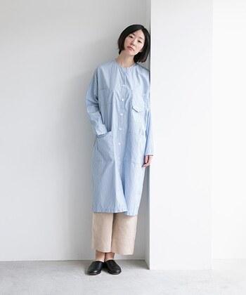 綿100%の張りのある生地を使ったシンプルなワンピース。洗いざらしでさっと着ることができる1枚です。  襟元のループボタンや可愛らしい存在感のあるポケットなど、ディテールが光ります。  長すぎず、短すぎないちょうどいい丈の長さで、前ボタンをすべて開けて羽織りで着るのも素敵。