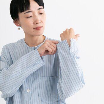 袖口にはスリットが入っています。  袖をまくってアクティブに着やすいですし、羽織りとして使ったときにも袖口がもっさりしてしまうことがありません。