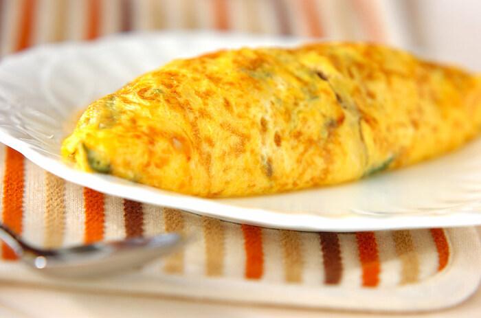 溶いた卵にチーズとフレッシュバジルの葉を入れて焼き上げたスペシャルなオムレツ。オムレツの中は、ひき肉やトマト、玉ねぎが入って食べごたえも充分あります。