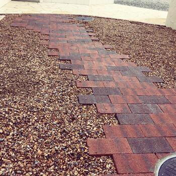砂利の形や色によっても、かなり雰囲気が変わりますね。茶色っぽい砂利は、バークのようにも見えておしゃれです。
