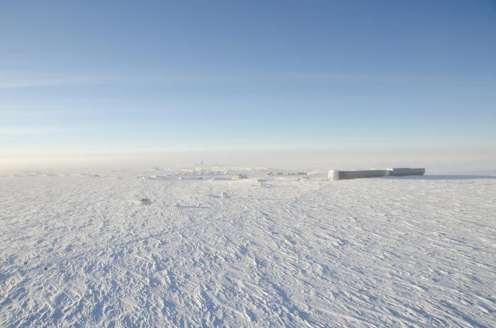 ウイルスさえも生きることができない南極の観測地帯での生活、限られた食材を使った美味しそうな料理、仲間との人間関係など……実に興味深く印象に残る作品です。