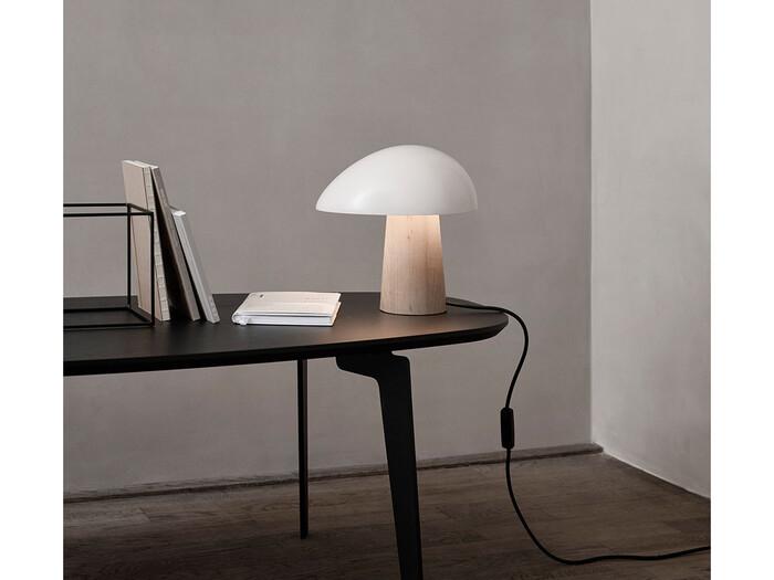 こちらもとても洗練された佇まいのテーブルランプ。ランプの形状でありながらも、彫刻作品のような雰囲気を醸し出しています。特徴的な形をしたシェードからは、楕円形の光となりお部屋を照らします。