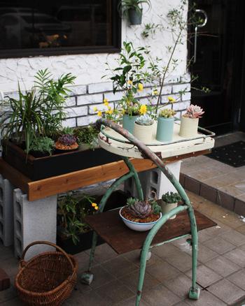 玄関脇などの小さなスペースなら、ガーデンワゴンやテーブルなどの上に小さな鉢を並べる、という手も。使わなくなった家具やプチプラで購入した机などをペイントすれば、簡単に雰囲気のあるスペースを作ることができます。