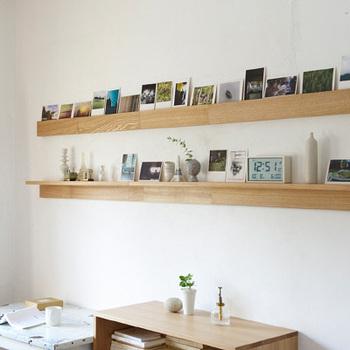 棚に複数の写真を立てかけると、なんだかおしゃれなお店のよう*ポストカードサイズの写真なら、お部屋の雰囲気にスッと馴染んでくれますね。